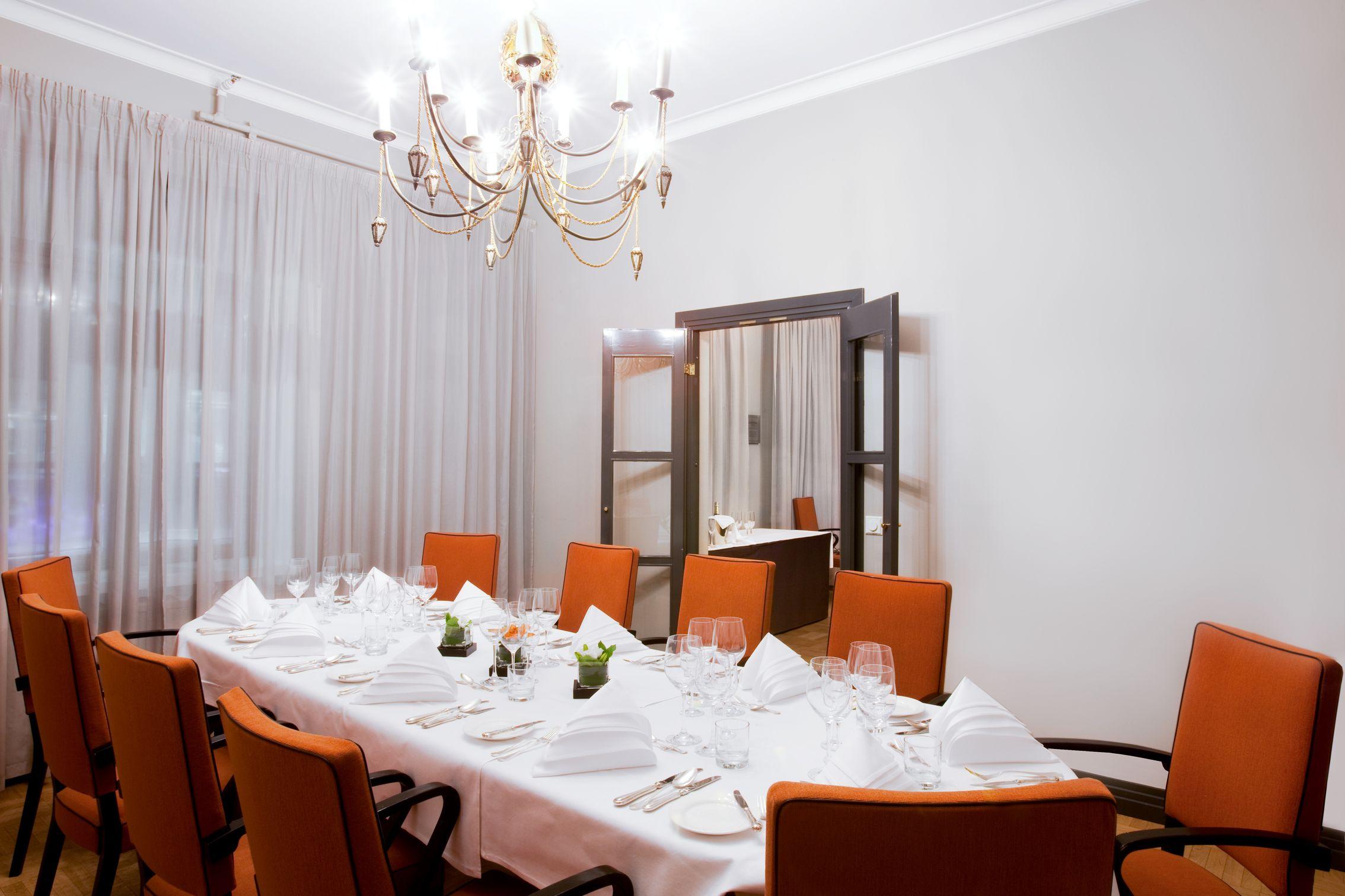 Solo Sokos Hotel Torni, Helsinki.  Tyylikkään Ritari-kabinetin pöydän ääreen istahtaa 12 henkilöä. Kabinetissa on myös erillinen olohuone.