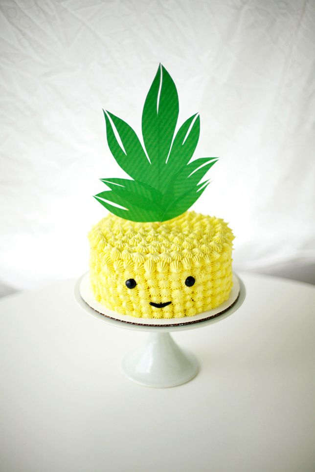 Such a cute pineapple face cake. A great idea for a birthday party.