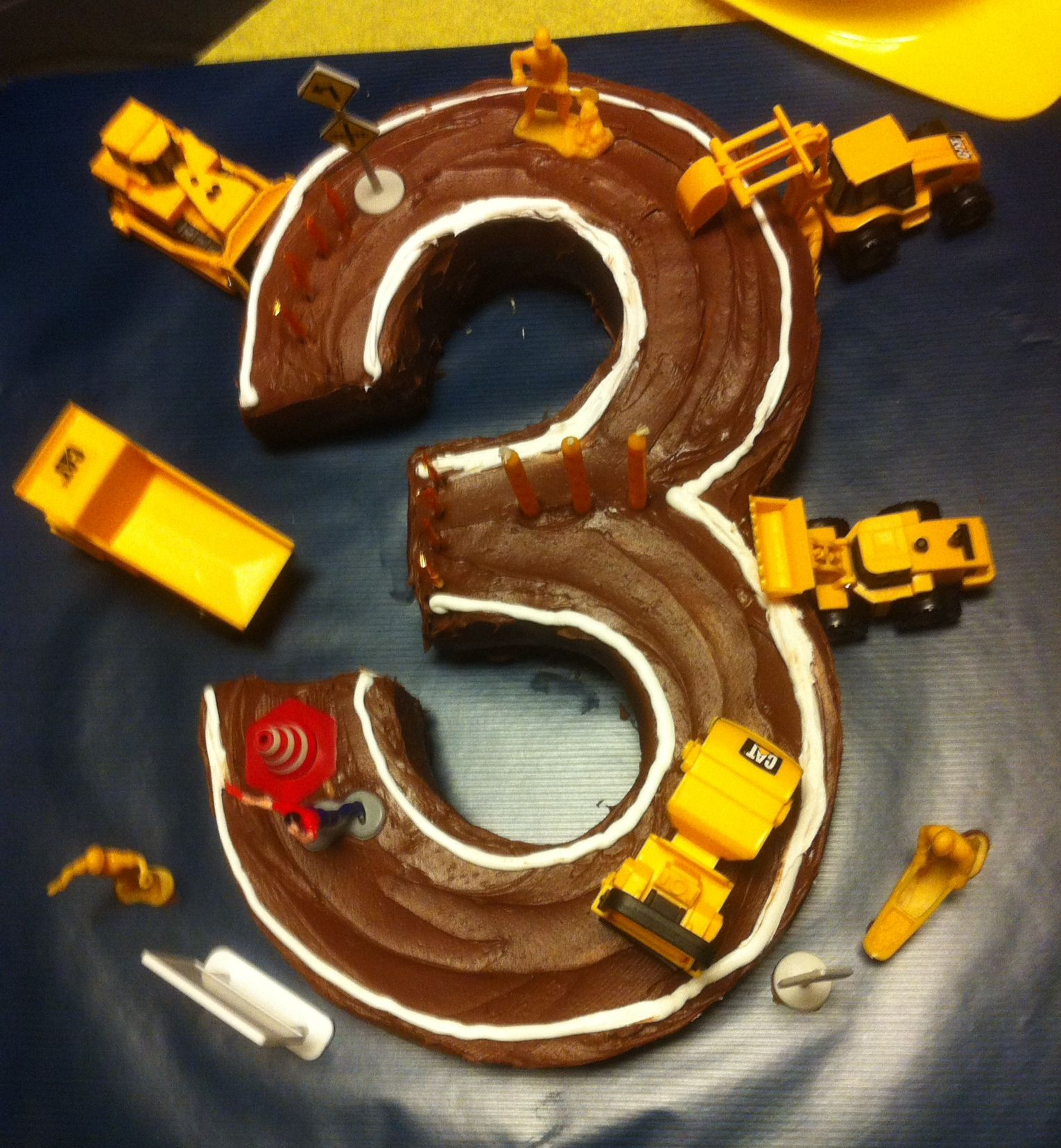 Construction themed cake for our 3-year-old: homemade ...