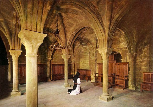 Monje en Sala del Capítulo