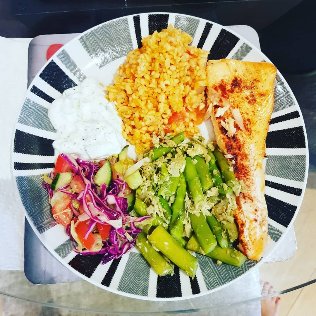 Last nights dinner..... Salmon, asparagus, salad, bulgur wheat and yogurt dip 😋😋😋 Healthy food doesn...