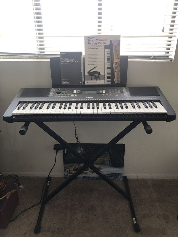 Black Yamaha Keyboard 61Key w/stand and charger for Sale