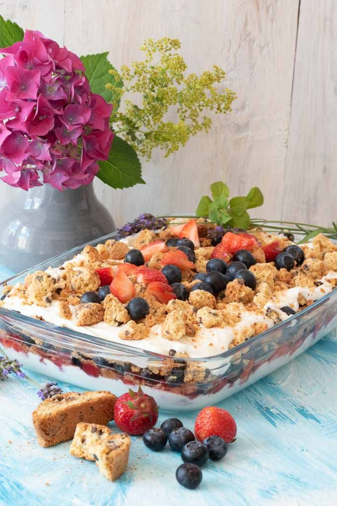 Sommerlich leichtes Schichtdessert mit Erdbeeren und Blaubeeren. Super lecker, einfach gemacht und kalorienarm. www.einepriselecker,de #einfachernachtisch