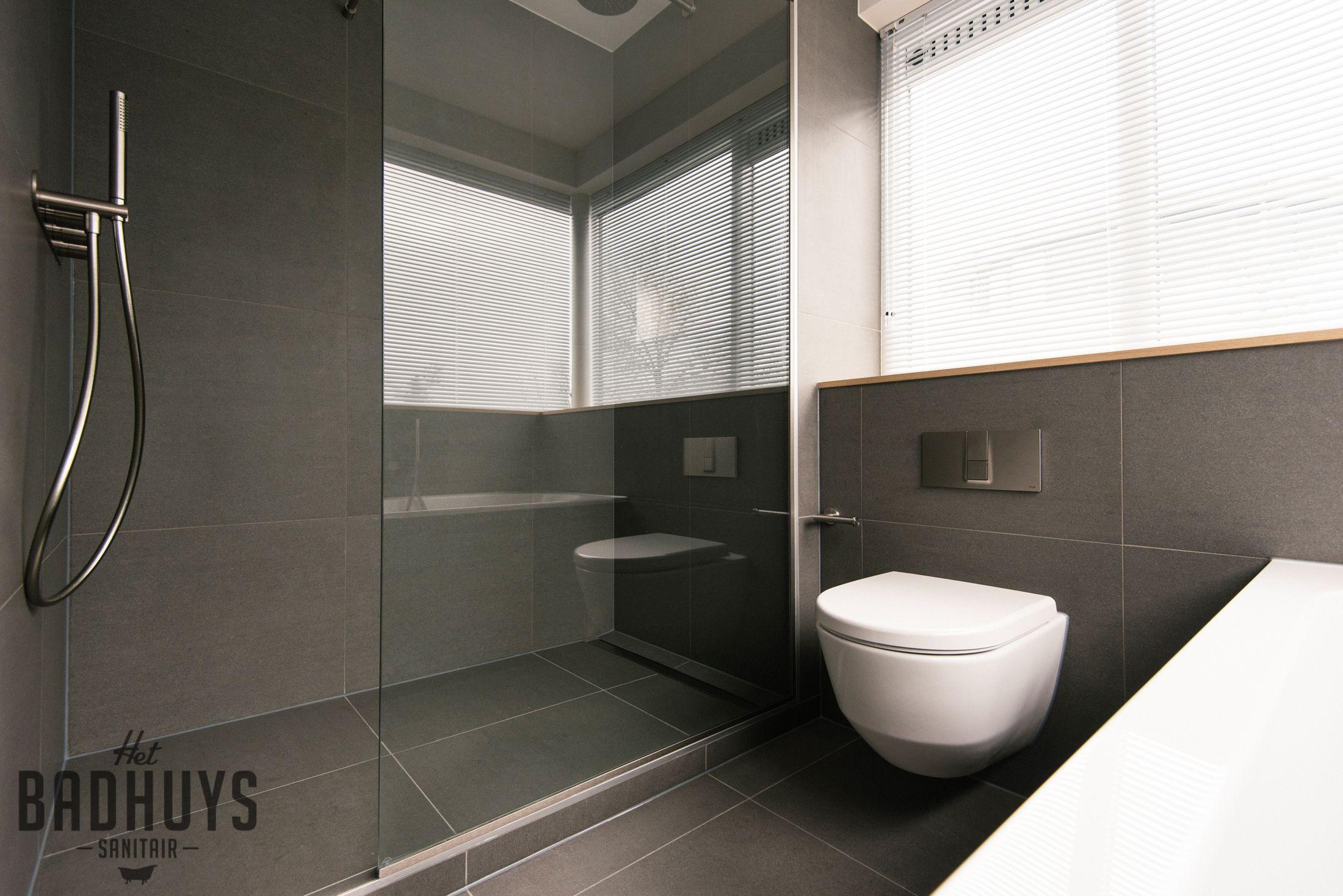 moderne badkamer met inloopdouche en wastafel op maat het