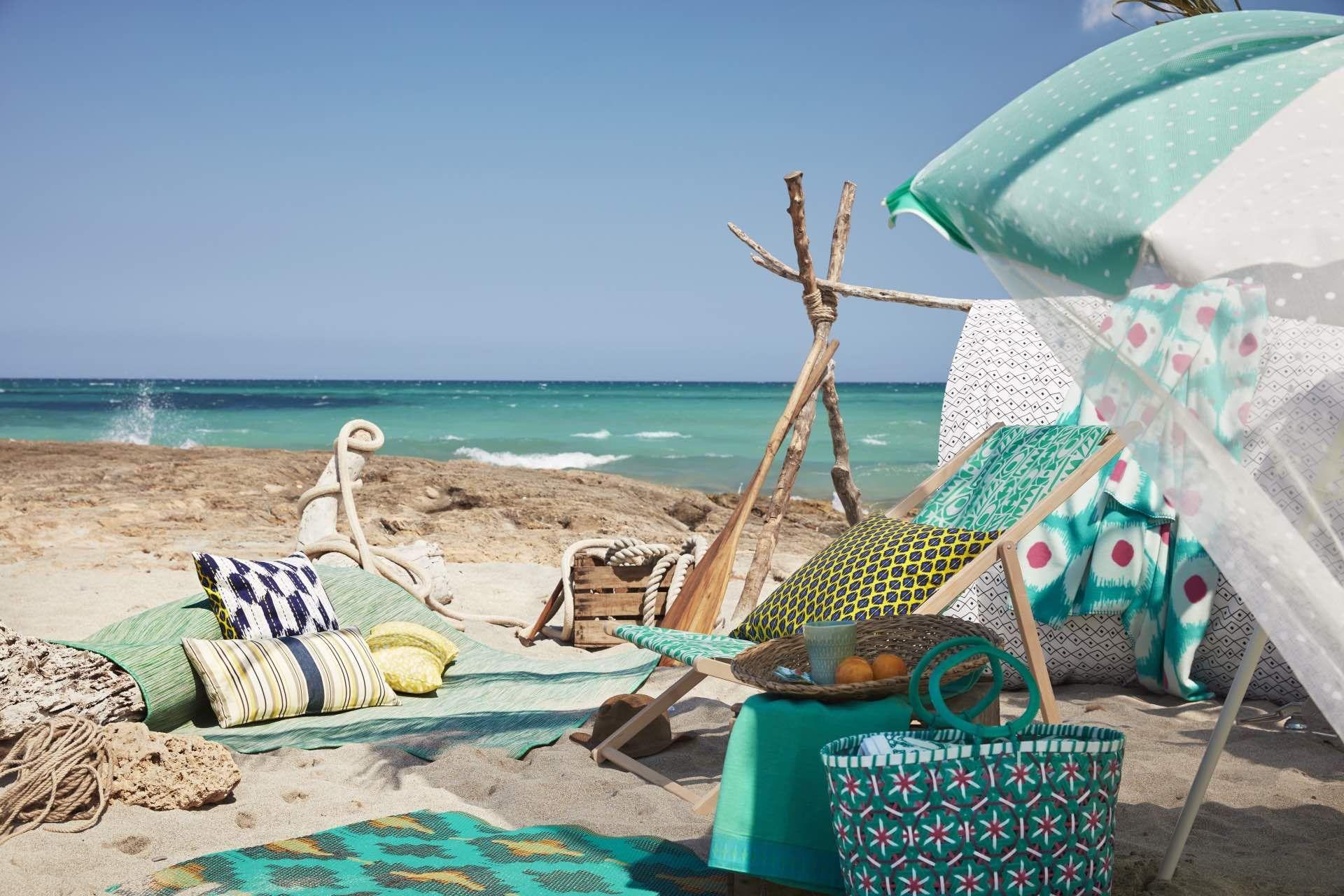 Un picnic de playa con toalla, hamaca y sombrilla