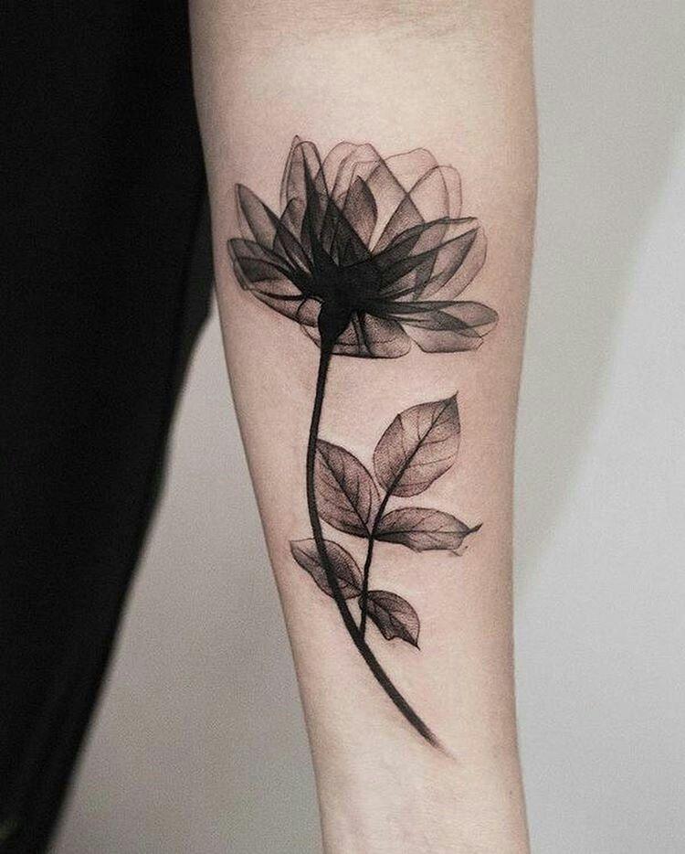 Tatouage d 39 une fleur sur un avant bras tatouages - Tattoo rose bras ...