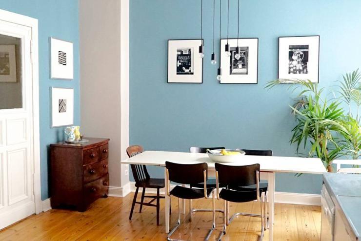 Esszimmer In Berliner Designerwohnung   Schwarz Weiße Einrichtung Vor  Hellblauer Wand #Esszimmer #Berlin #schwarz #blau #weiß