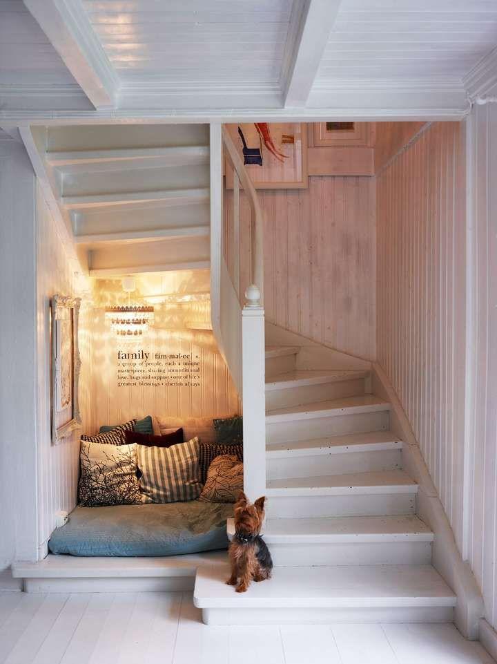 I det lille arealet under trappen er det plass til en kosekrok, full av puter. Her trives også familiens firbente medlem Theo.