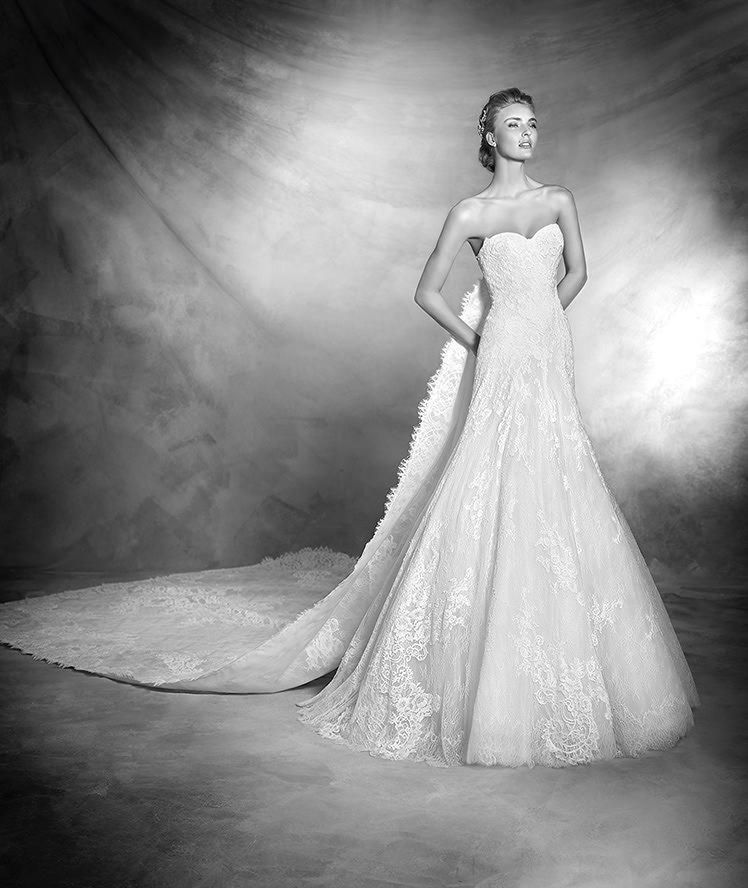 VANES style: Lace and Chantilly wedding dress with sweetheart neckline. Extra-long detachable lace and Chantilly train that is attached at the top of the back.