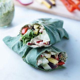 These Easy Mediterranean Collard Wraps are gluten-free and delicious! You only need 10 minuted and 5 ingredients for this quick and easy meal.