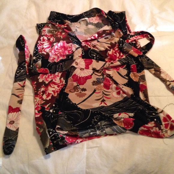 Shirt that ties in back Cute shirt that ties in the back. Large, but fits like a medium. Charlotte Russe Tops