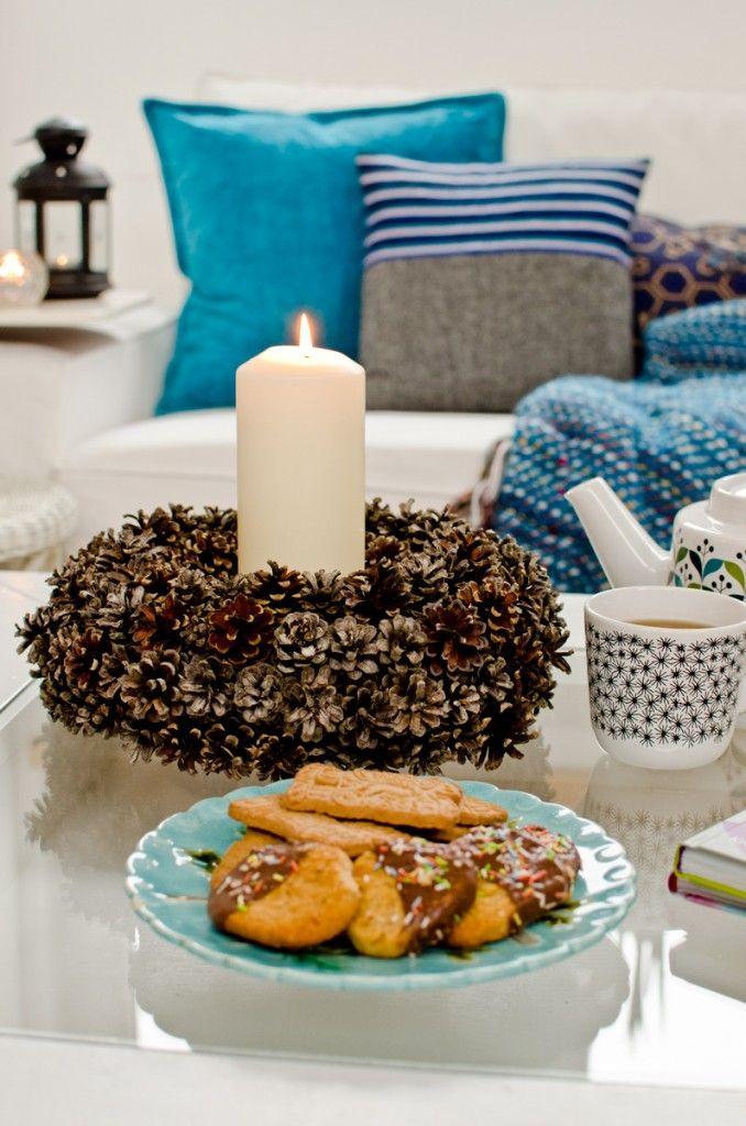 selbst gemachter kranz aus tannenzapfen als deko f r den winter weihnachten. Black Bedroom Furniture Sets. Home Design Ideas