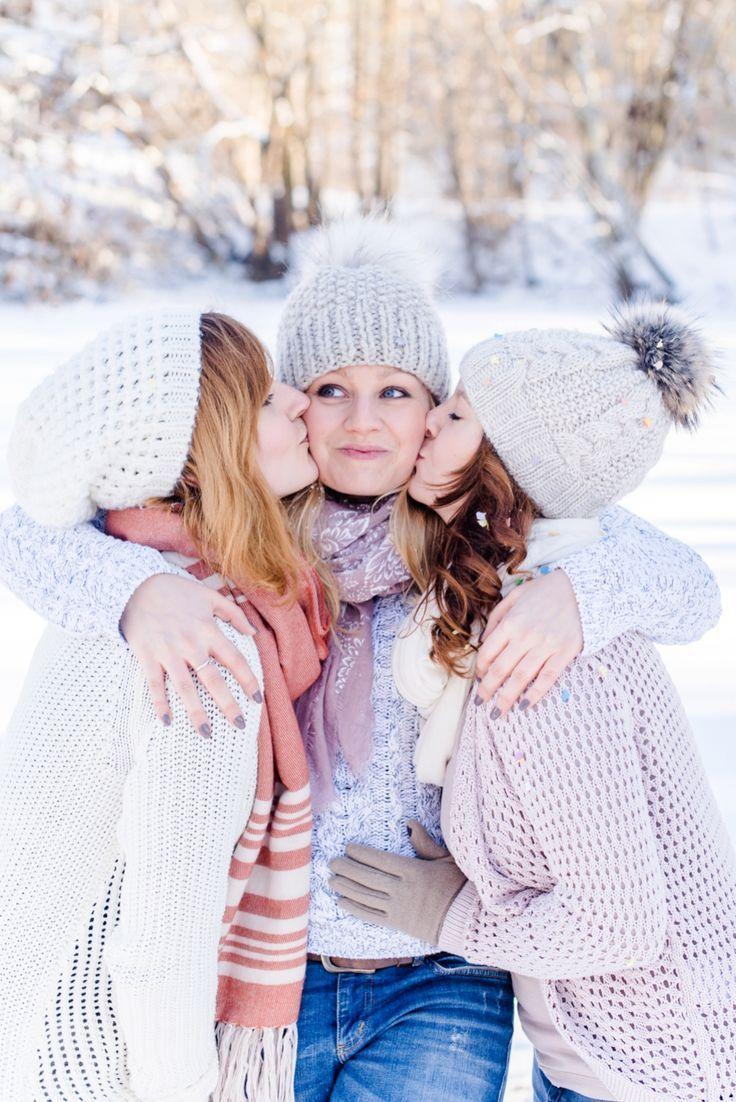 начала позы для зимней фотосессии с подругой открытом положении