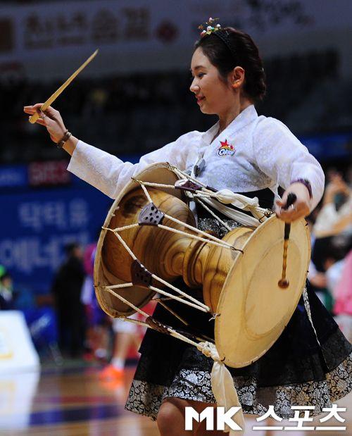 Hanbok Cheerleaders | Traditional music. Korea