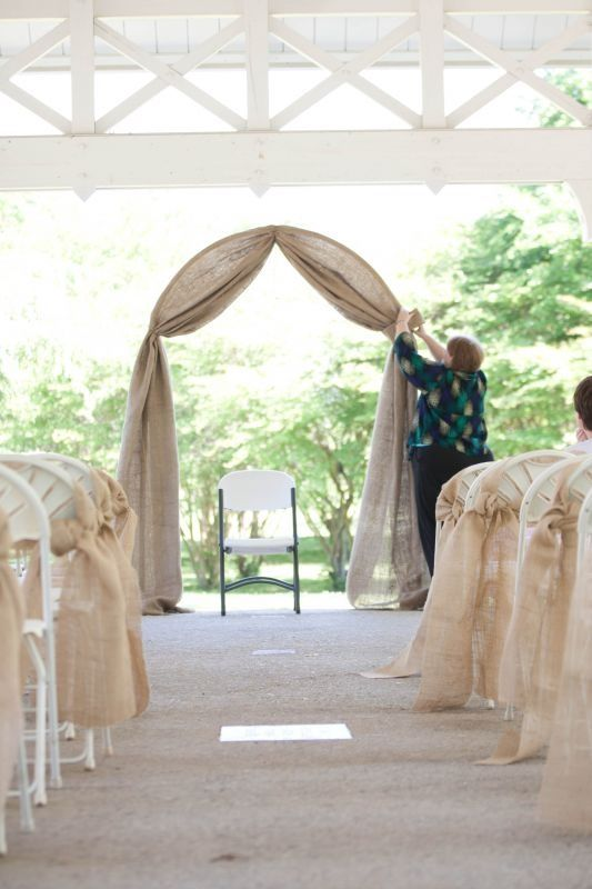 Nice simple burlap arch and aisle