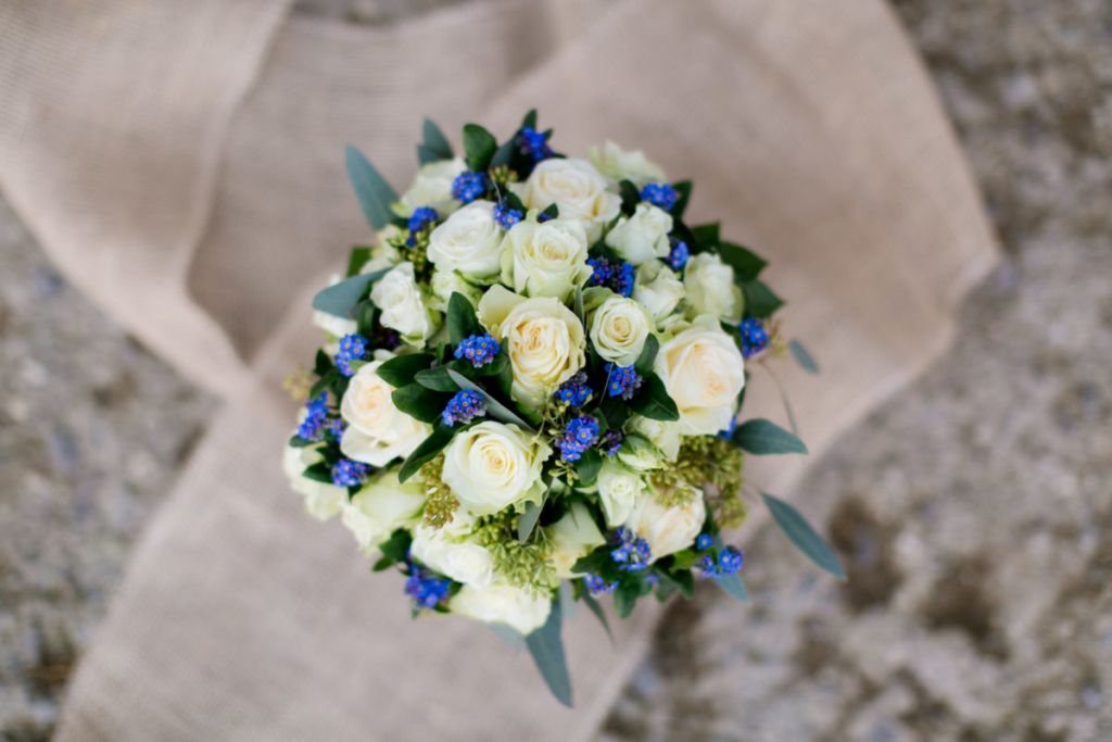 Brautstrauss Mit Weissen Rosen Und Vergissmeinnicht