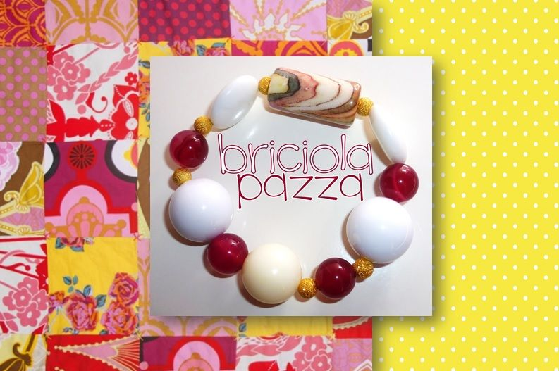 bracciale elastico realizzato con pastiglie in agata bianca sintetica, pietre levigate in agata fucsia, perle in acrilico ed elementi oro.