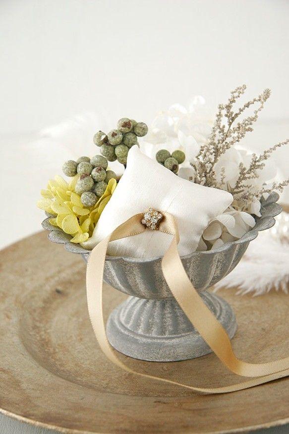 結婚式で指輪交換の時に使用するリングピロー。アンティーク調の器に、グリーンをベースにしたプリザーブドフラワーをあしらったかわいいデザイン。リングをのせる小さな... ハンドメイド、手作り、手仕事品の通販・販売・購入ならCreema。