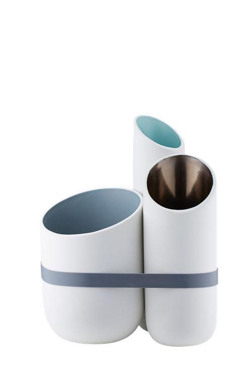 Multiplo er en gøyal og annerledes vase, som med et gummibånd er satt sammen av 3 vaser. Pynt dem med fine blomster eller sett den på skrivebordet og hold orden på skrivesakene.