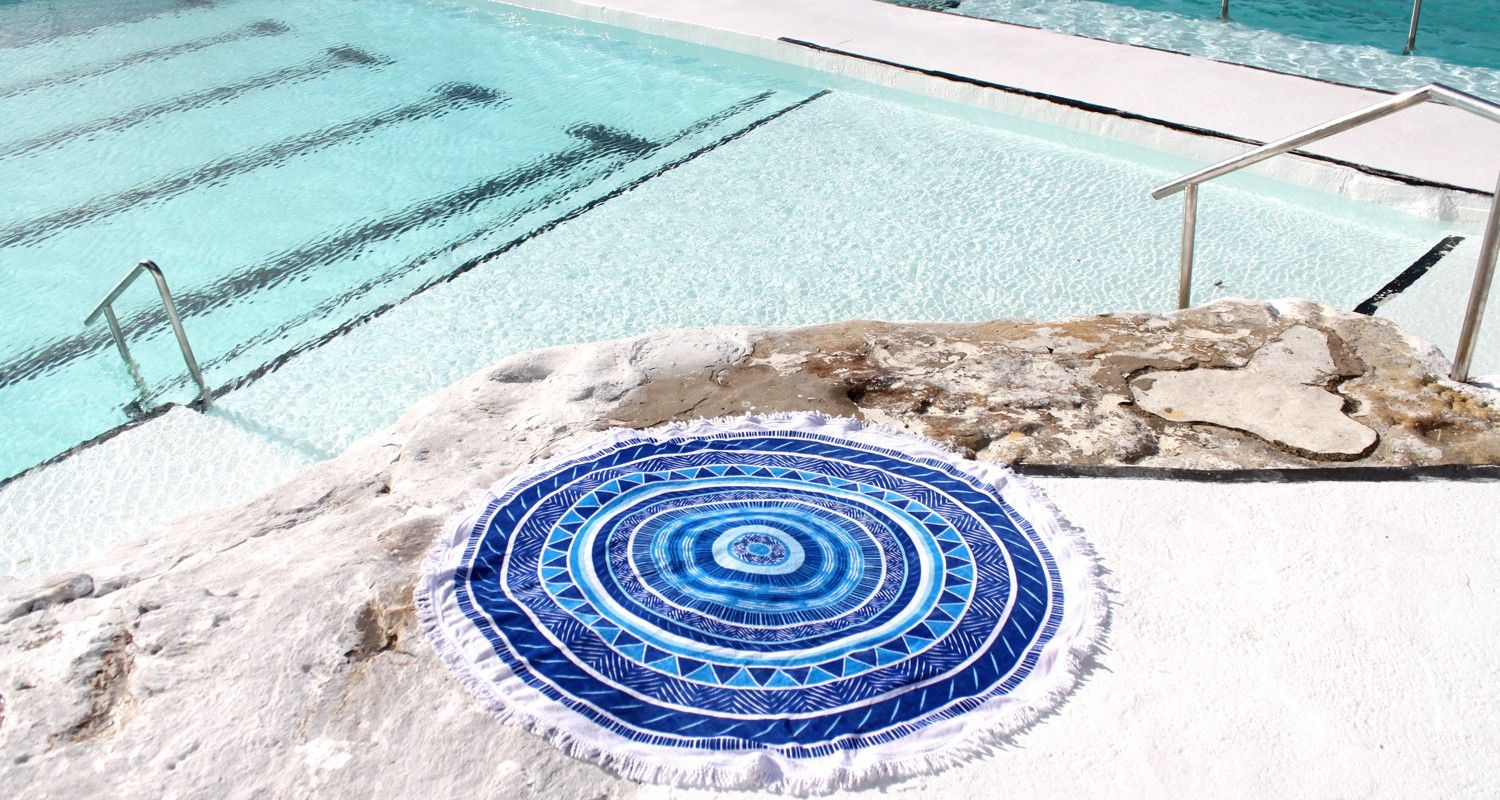 xueller-slideshow-juju-round-beach-towel-stand-out-1500x800.jpg 1 500×800 pikseli