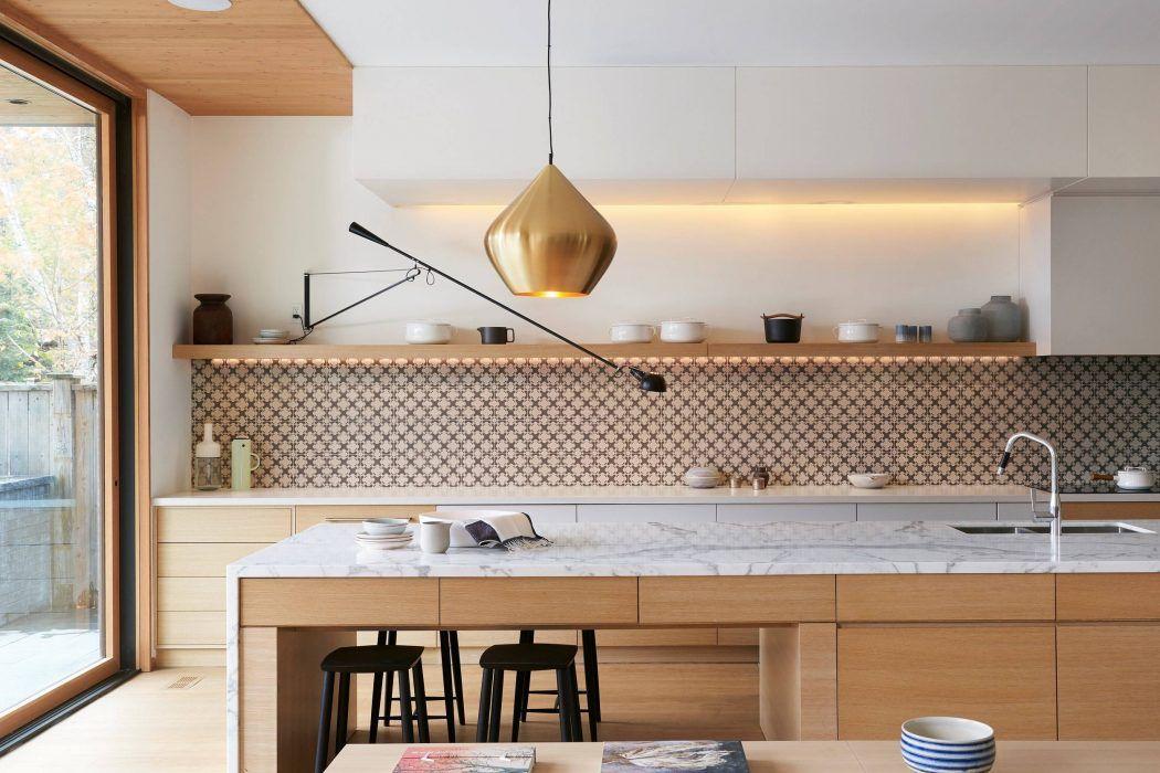 Cuisine en bois avec plan de travail en marbre, suspension dorée ...
