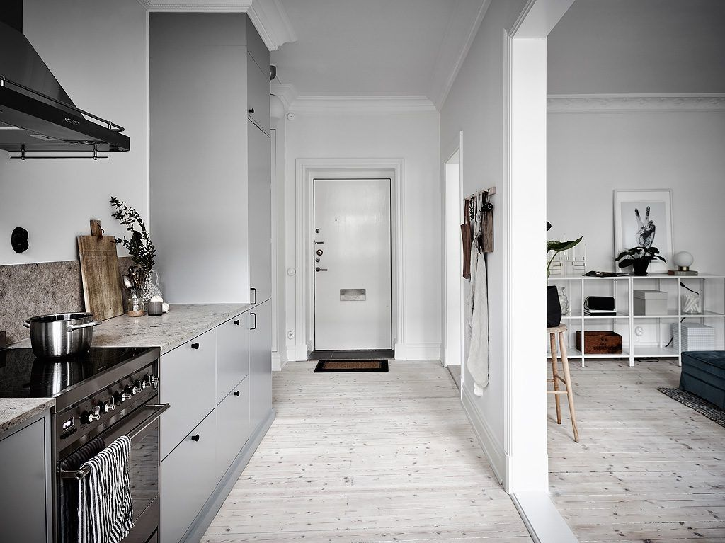 Half open keuken in een klein scandinavisch appartement