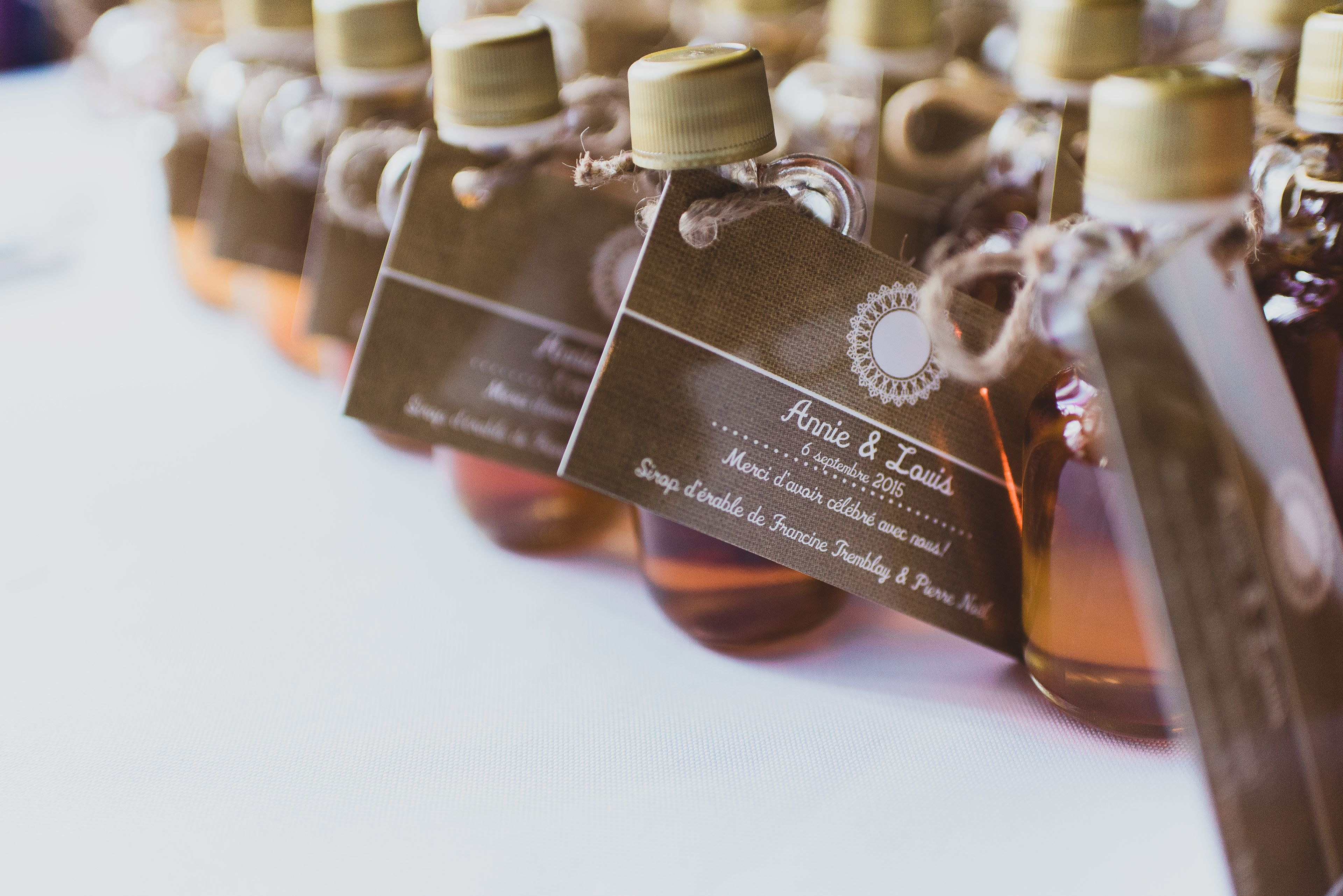 Favours: maple syrup from my parent in laws' sugar shack, Labels: VistaPrint. Photo credit: https://www.pinterest.com/elisaphoto/