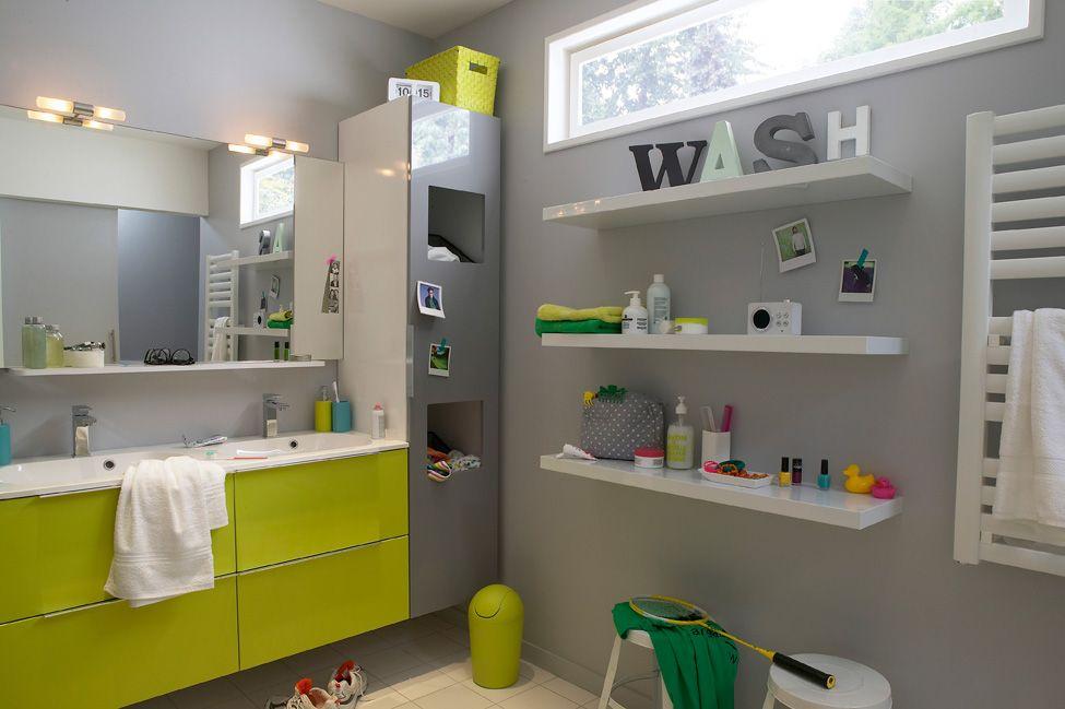 sous la fen tre une s rie de trois tag res ajoute aux rangements tout en animant ce grand mur. Black Bedroom Furniture Sets. Home Design Ideas