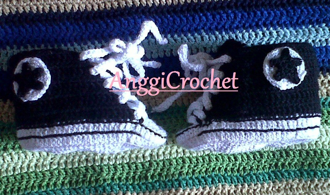 Mini Converse negras hechas a Crochet por MI