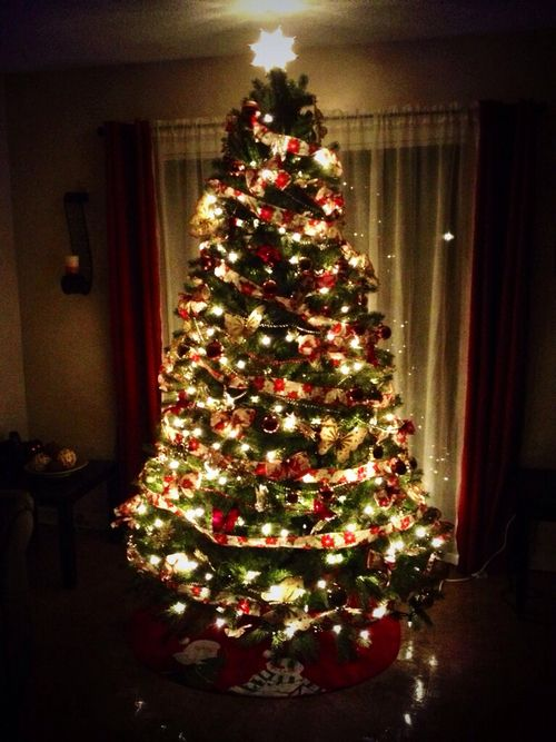 Christmas Tree With Yellow Lights And Red Ornaments Christmas Lights Red Ornaments Christmas Tree