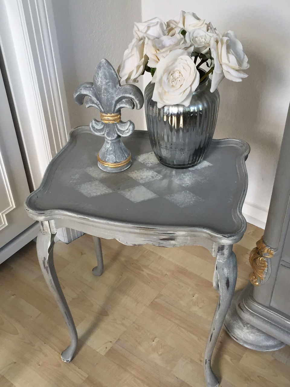 Beistelltisch Tisch Tischchen Shabby Chic Vintage Antik Grau Weiss Raute Diy Kreidefarbe Harvestehude Hamburg The Vintage Clu Graue Mobel Diy Kreidefarbe Shabby