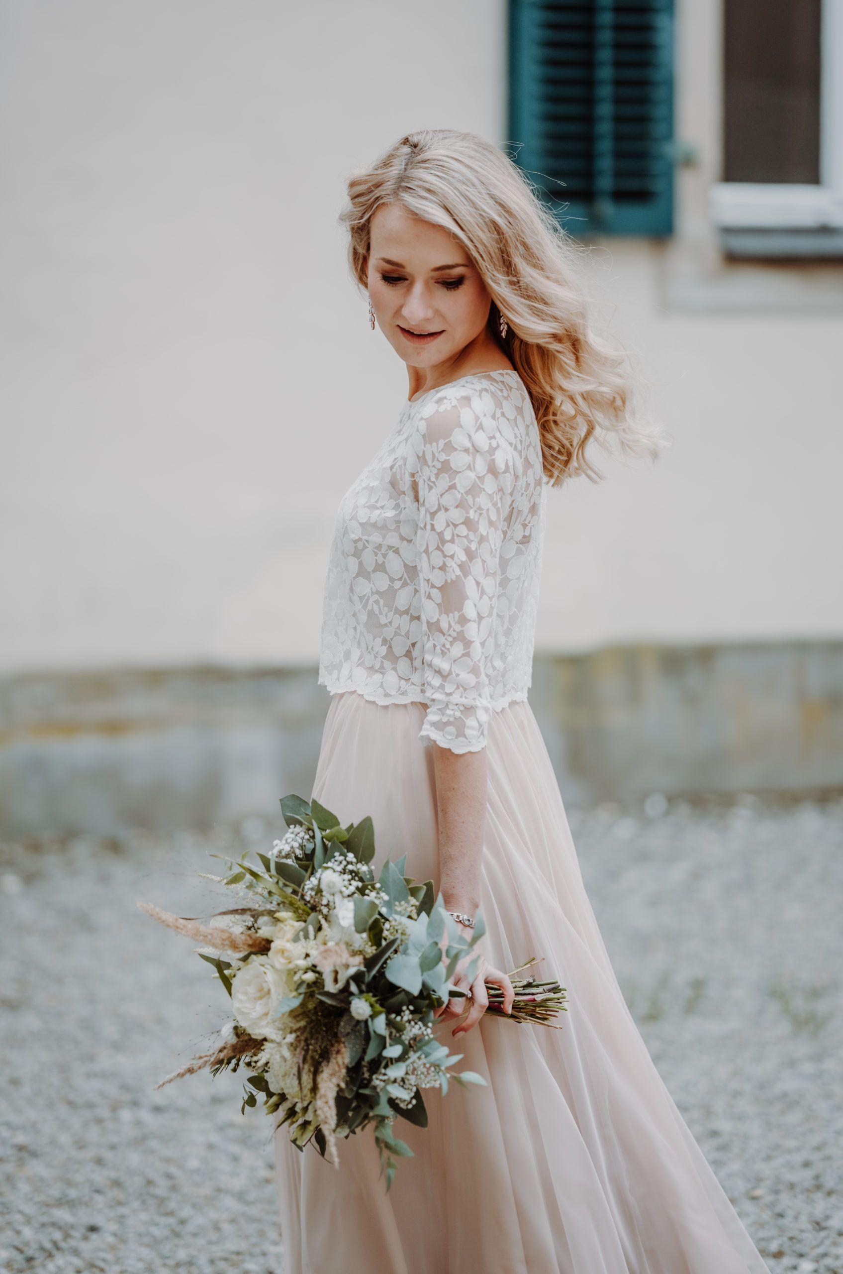 Zweifarbiges Brautkleid Mit Brautrock Aus Tull In Blush Rosa Und Braut Top Aus Blatterspitze In Iv Marchen Hochzeitskleider Strandhochzeitskleid Kleid Hochzeit