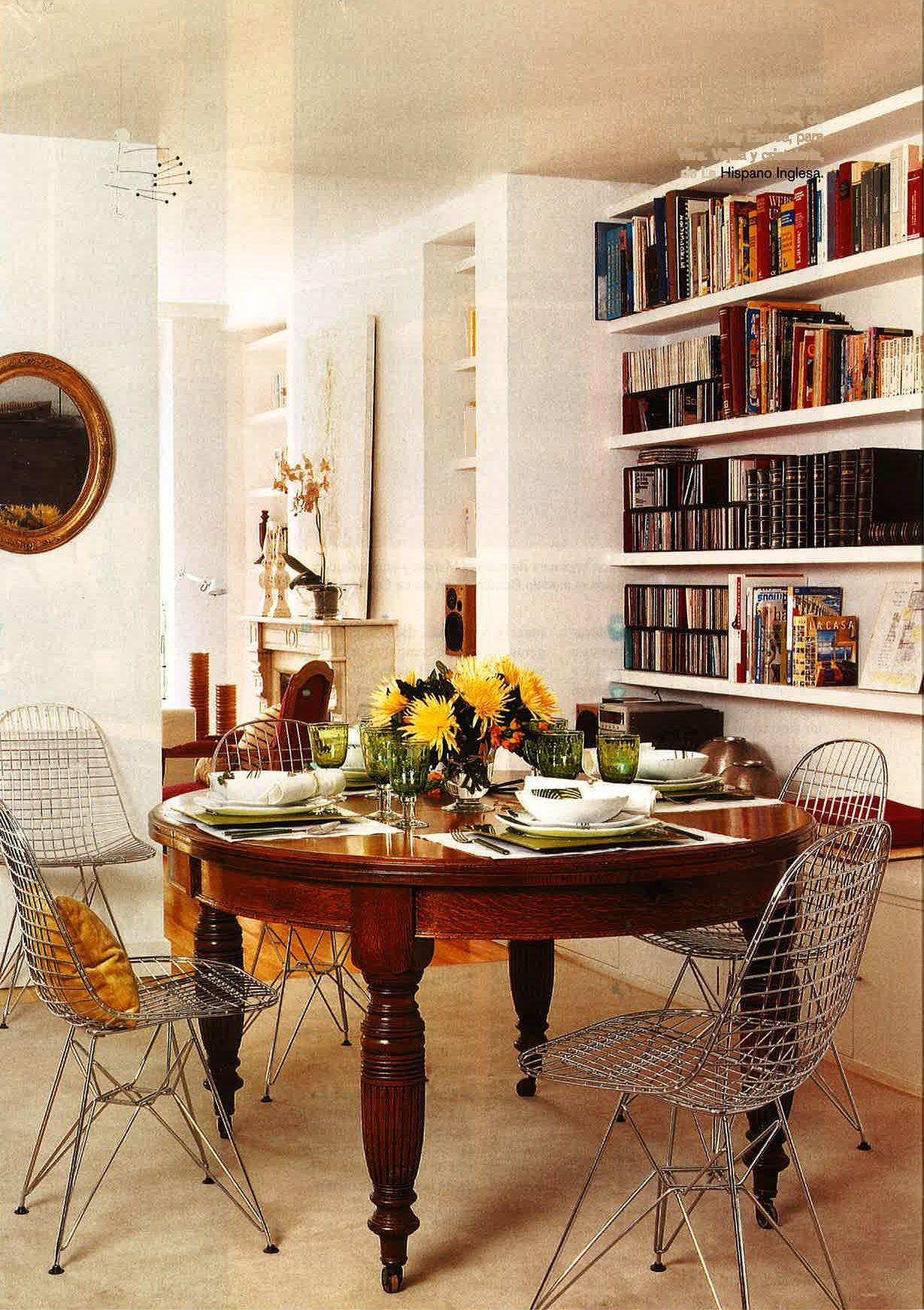 Magnfica mezcla de sillas wire con mesa antigua  Ideas