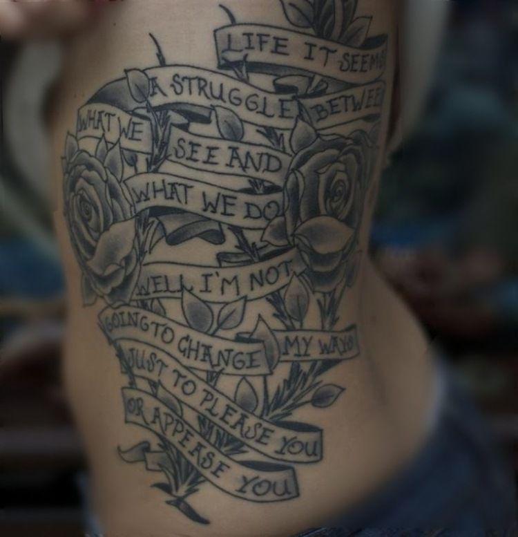 tattoo schriften ideen band rosen kombiniert spruch rippen. Black Bedroom Furniture Sets. Home Design Ideas