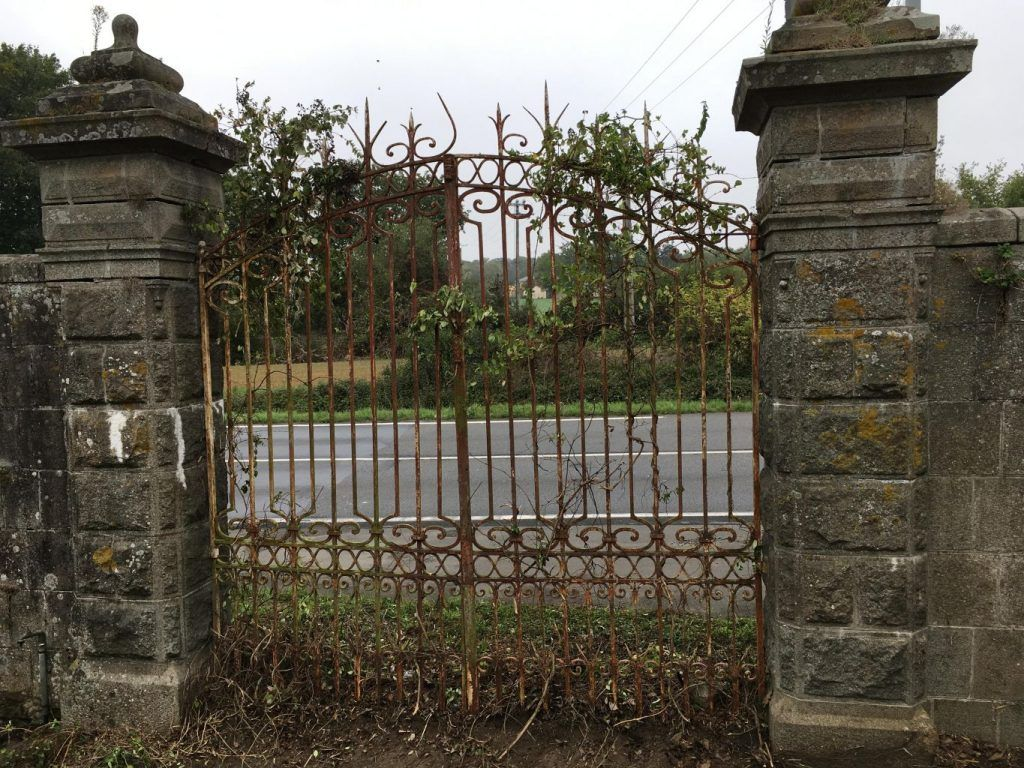 entr e de propri t poque fin xix si cle portail ancien pilier antique gates pillars. Black Bedroom Furniture Sets. Home Design Ideas