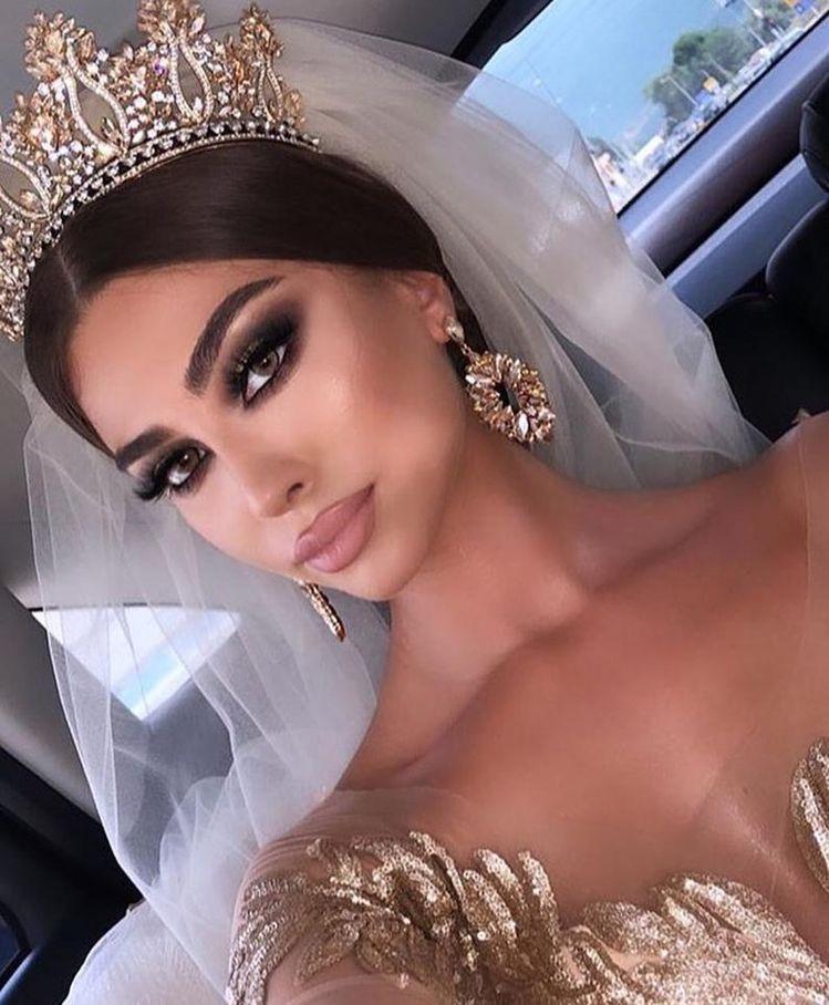 مكياج عروس خليجي خريفي فخم مجلة سيدتي تتمتع العروس الخليجية بملامح فخمة وجذابة تميزها عن غيره Swarovski Bridal Headband Wedding Bridal Tiaras Bride Headpiece