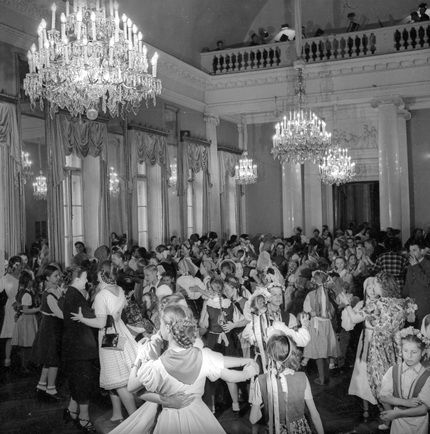 Танцы в Доме культуры. Ленинград. 1945