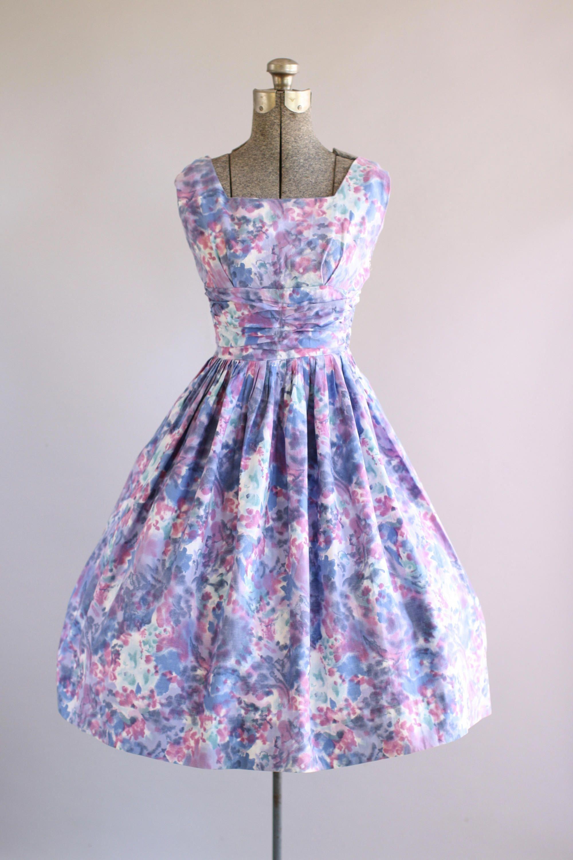 ee5ad087a18762 Deze prachtige katoenen jurk beschikt over een gevlekt aquarel  bloemenprint. De buste van de plank