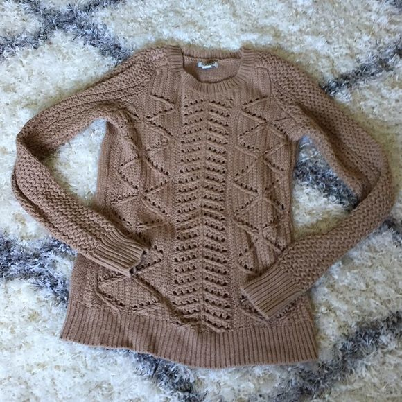 Old Navy camel cable knit sweater A cozy cable knit sweater in a classic and versatile camel color. Only worn a few times. Old Navy Sweaters Crew & Scoop Necks