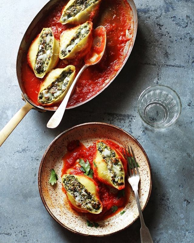 Conchiglioni: deze grote pastaschelpen zijn verrukkelijk om te vullen met héél veel saus.