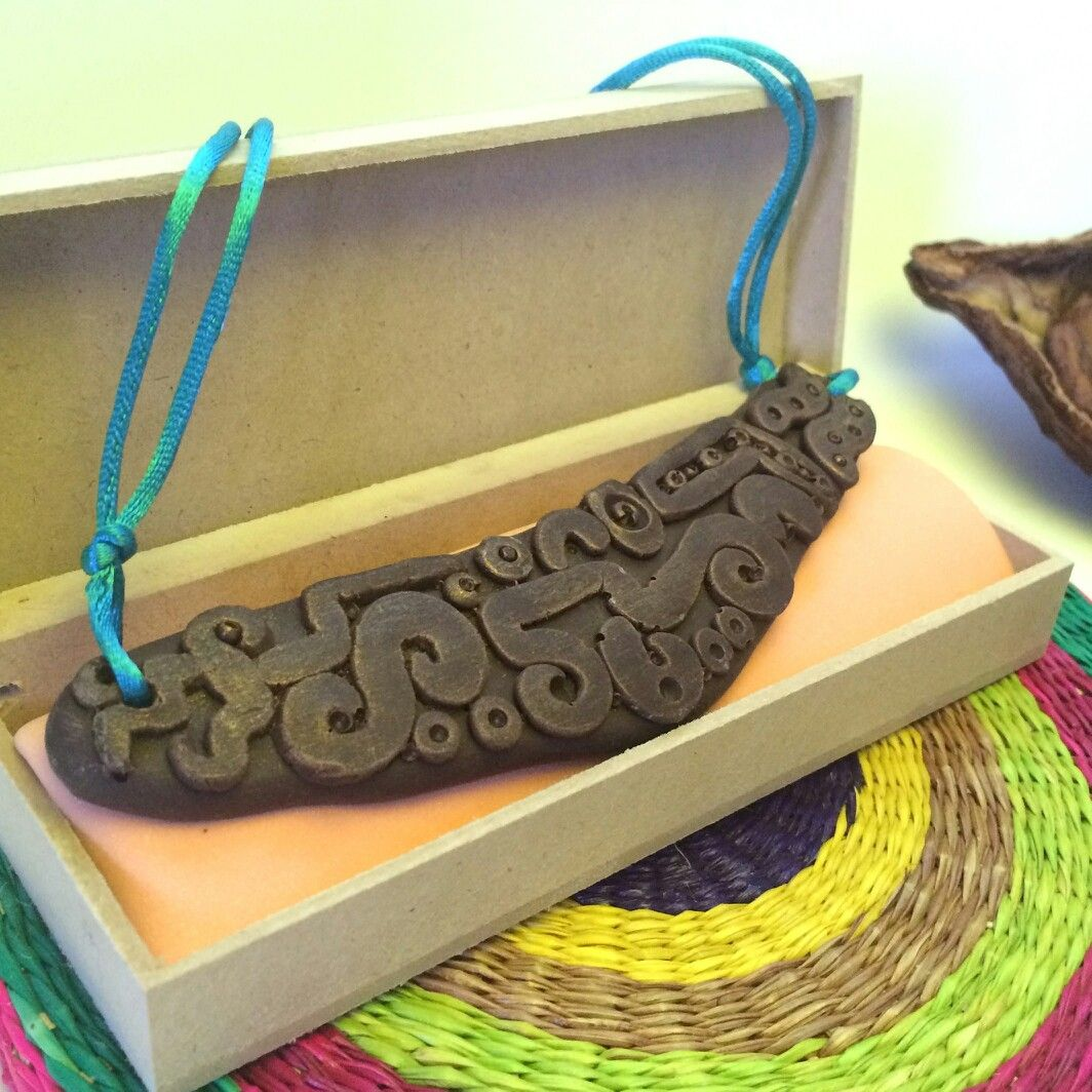Collar de chocolate fino ecuatoriano con diseño precolombino