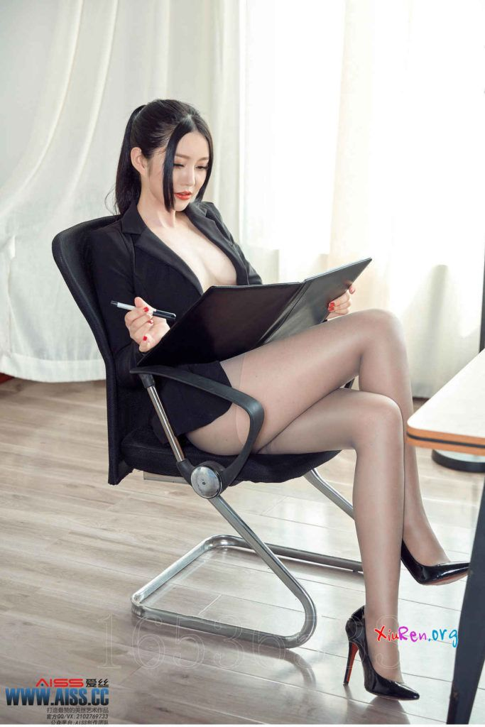 image Stunning japanese office lady gives her boss a hot blowjob