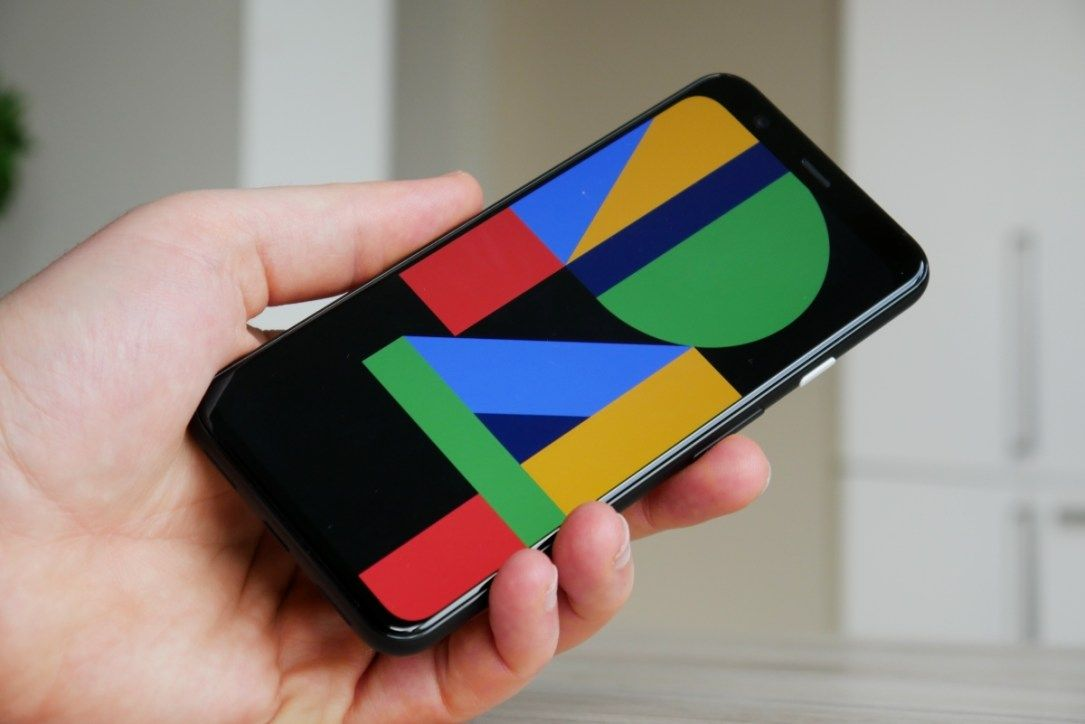 Google: Screenshot vom Pixel 4a und graues Pixel 4