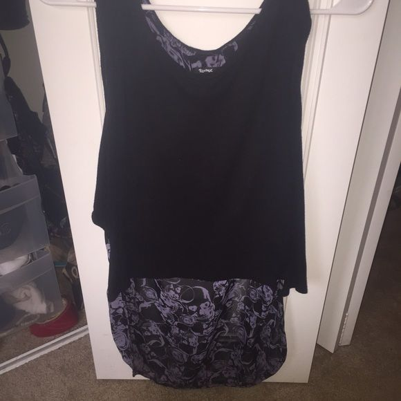 HOT TOPIC SKULL TOP Love this top! Great for summer. Long in the back with skulls on it. Teenage Runaway Tops Tank Tops