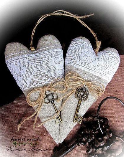 Мне давно хотелось сделать сердце в стиле Тильда. И непременно из небеленого льна, с широким хлопковым кружевом (таким, как из бабушкиного сундука...). Получились вот такие сердечки в стиле Прованс. Подарок в виде сердца уместен всегда и везде. Его можно повесить на елку, украсить им интерьер, подарить близкому человеку как признание в любви ... Сердечки органично впишутся в свадебный интерьер или интерьер в стиле Прованс.