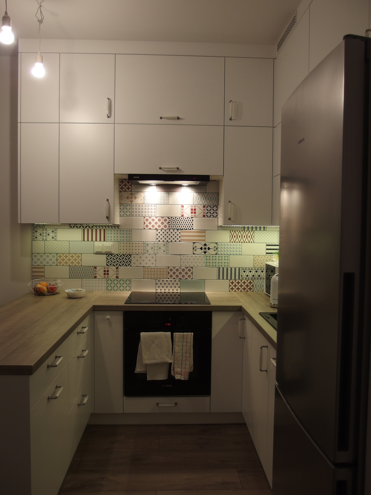 Salon Z Aneksem Kuchennym Biale Meble Kolorowe Plytki Cegielki Patchwork Small Interior Kitchen Cabinets Kitchen