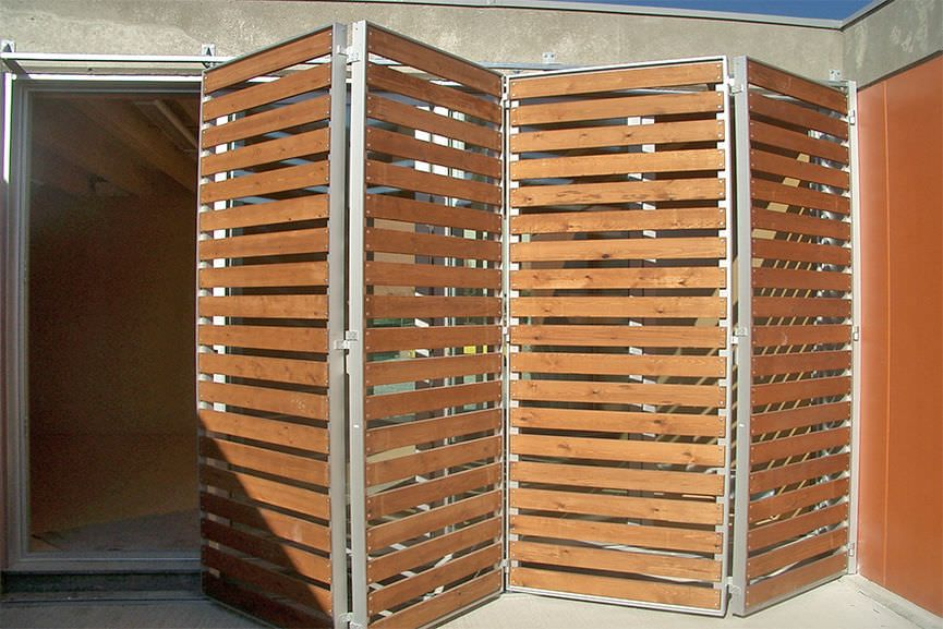 Contraventanas plegables de madera para fachadas for Puertas plegables de madera