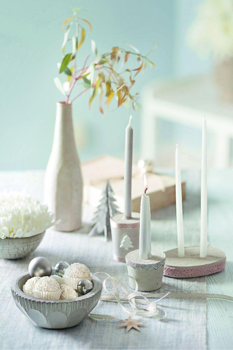 Biela, strieborná a púdrová ružová. Moderná a pritom sviatočná kombinácia na Vianoce poteší oči vašich hostí za stolom.