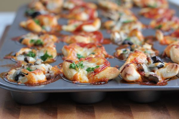 Quick and easy mini pizza bites! Your favorite pizza in bite-sized goodness. Make them all meat, or pepperoni or all vegetarian! It's up to you! #Superbowl #gamedayfood #quickrecipe #appetizer