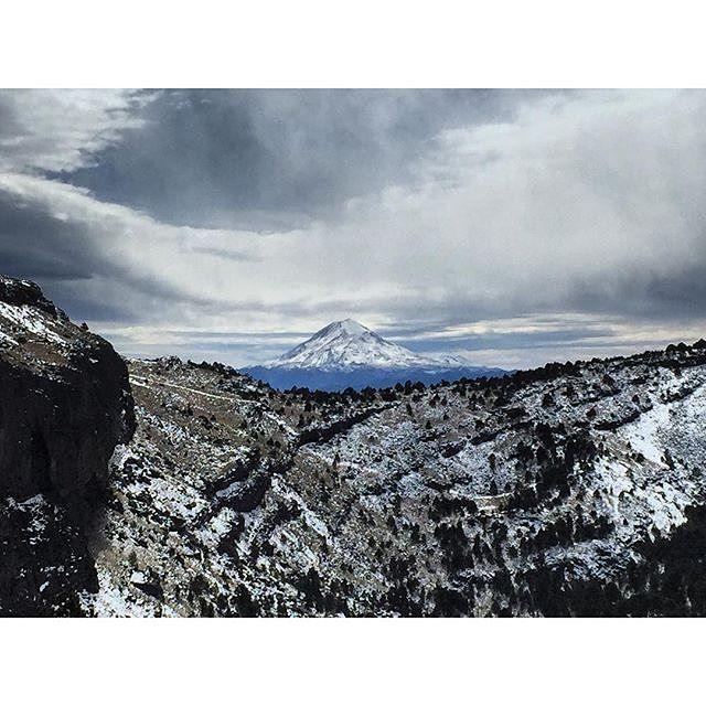 #FelizDomingo Pico de Orizaba visto desde el cofre de Perote foto by @aleydagatell  #mexico #travel #Trip #Mountain #veracruz #perote #xalapa #alpinismo #bestoftheday #photopftheday #viajes #clouds #nieve #snow #landscape #paisaje #bosque #photography